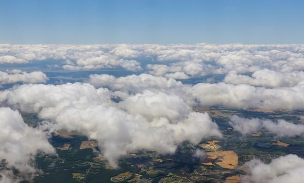 Luchtfoto uitzicht over de landelijke landschap dorp bomen velden klassieke blauwe hemel
