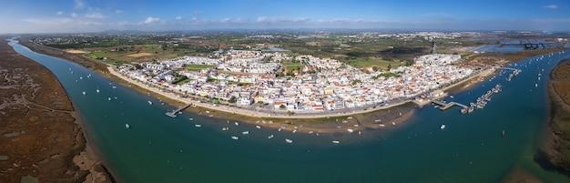 Luchtfoto. uitzicht vanuit de lucht in het dorp santa luzia, tavira, portugal.