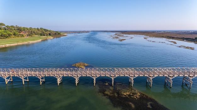 Luchtfoto. uitzicht vanuit de lucht naar de baai in ria formosa. quinta de lago.