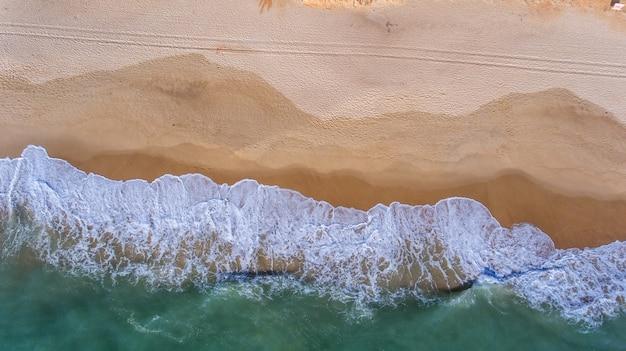 Luchtfoto. uitzicht vanuit de lucht naar het portugese strand in de algarve, vale de lobo.