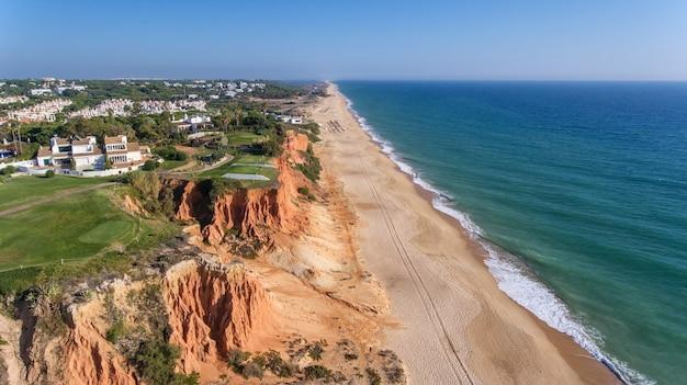 Luchtfoto. uitzicht vanuit de lucht op de golfbanen in het toeristische stadje vale de lobo. vilamoura.