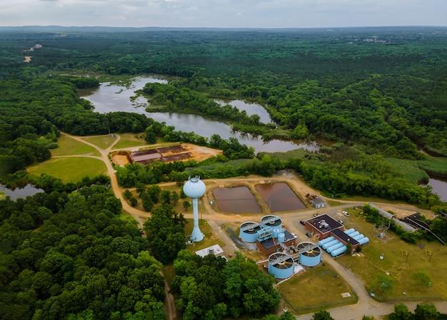 Luchtfoto van afvalwaterzuiveringsinstallatie industrial van waterbehandeling