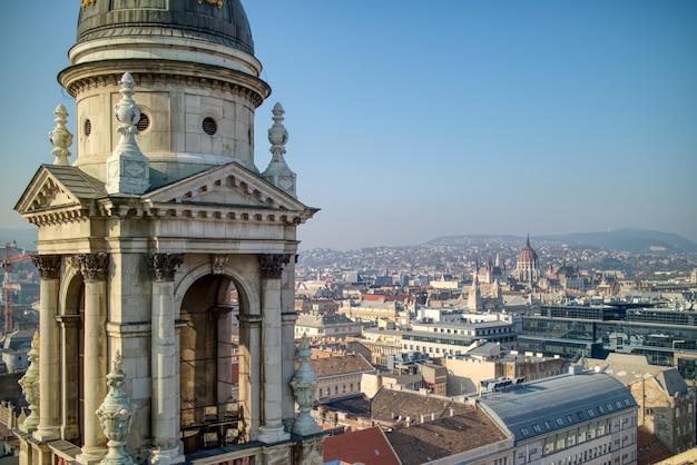 Luchtfoto van architectonische constructie van de klokkentoren van de sint-stefanusbasiliek in boedapest, hongarije op een achtergrond van heldere blauwe hemel.