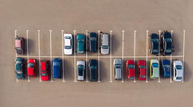 Luchtfoto van auto parkeren bovenaanzicht
