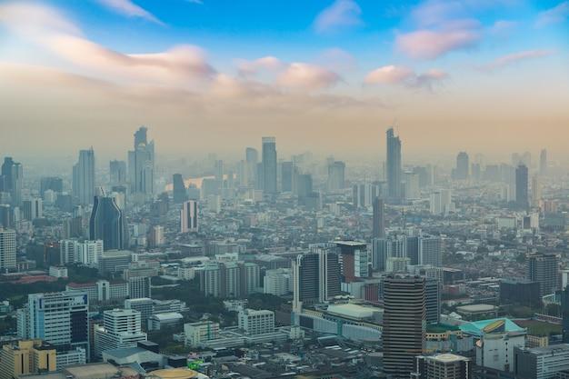 Luchtfoto van bangkok bij zonsondergang