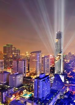 Luchtfoto van bangkok moderne kantoorgebouwen, condominium in het centrum van bangkok stad 's nachts