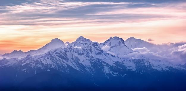 Luchtfoto van bergketen. langtang nationaal park. himalaya, nepal