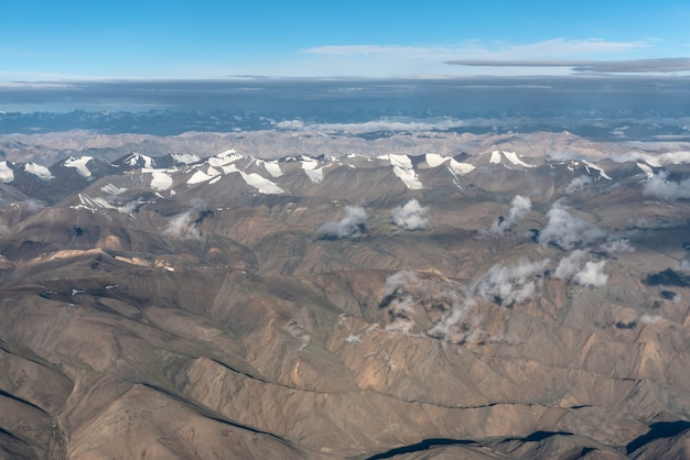 Luchtfoto van bergketen op juli en augustus in leh