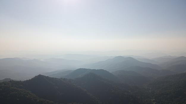 Luchtfoto van berglaag met mist in noord-thailand.