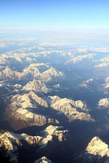 Luchtfoto van bergtoppen