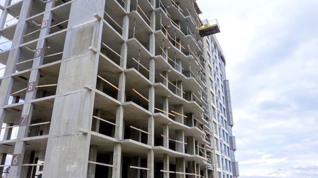 Luchtfoto van betonnen frame van hoog flatgebouw in aanbouw in een stad
