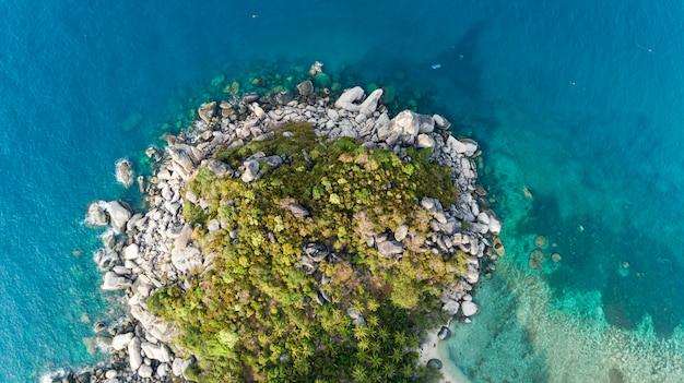 Luchtfoto van beukende golven op rotsen landschap natuur weergave en prachtige tropische zee met zee kust weergave in het zomerseizoen