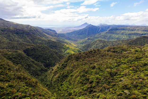 Luchtfoto van black river gorges national park in mauritius