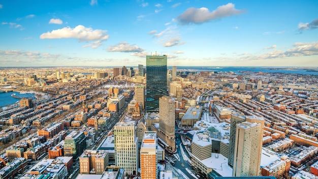 Luchtfoto van boston in massachusetts, vs bij zonsondergang in de winter