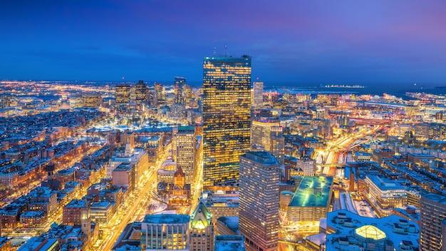 Luchtfoto van boston in massachusetts, vs 's nachts in de winter