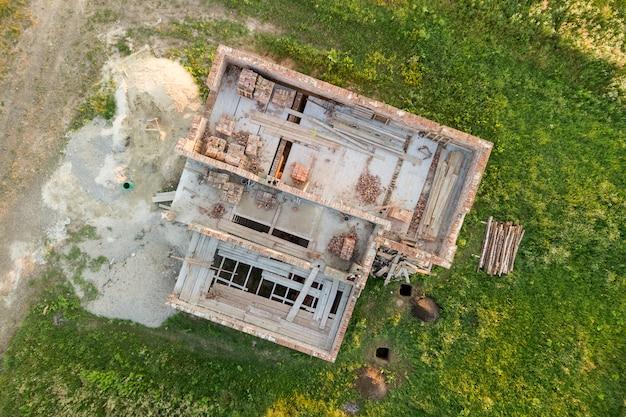 Luchtfoto van bouwterrein en stapels baksteen voor de bouw.
