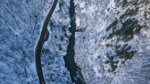 Luchtfoto van boven naar beneden van weg, rivier, bergen in lago-naki, rusland.