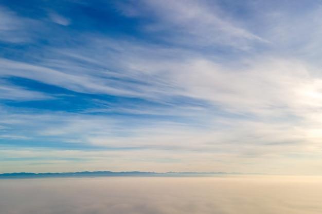 Luchtfoto van bovenaf van witte gezwollen wolken in heldere zonnige dag.