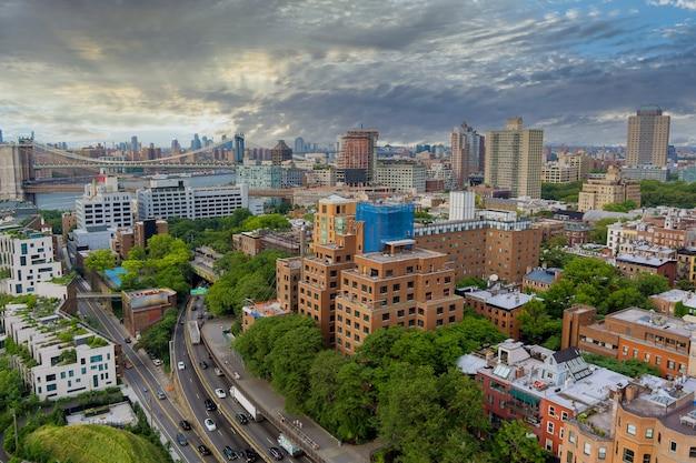Luchtfoto van brooklyn bridge met overzicht brooklyn skyline new york city