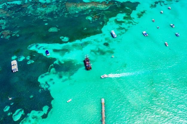 Luchtfoto van caribische resort met brug en boten Premium Foto