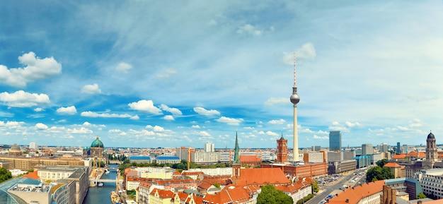 Luchtfoto van centraal berlijn op een heldere dag, inclusief rivier de spree en televisietoren op alexanderplatz