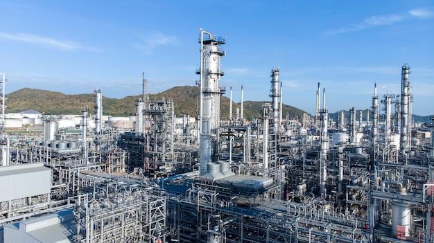 Luchtfoto van chemische olie raffinaderij plant, elektrische centrale op blauwe hemel.
