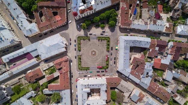 Luchtfoto van chernivtsi gebouwen en straat van de europese stad