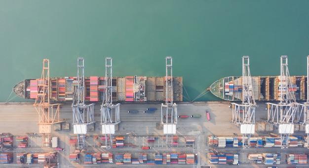 Luchtfoto van containerschip in de haven