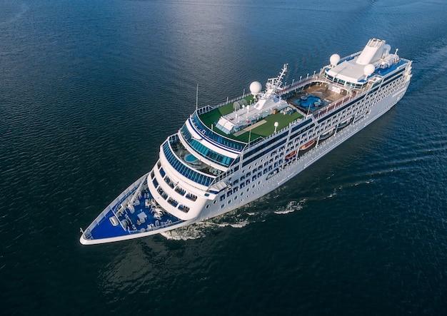 Luchtfoto van cruiseschip zeilen in de open zee