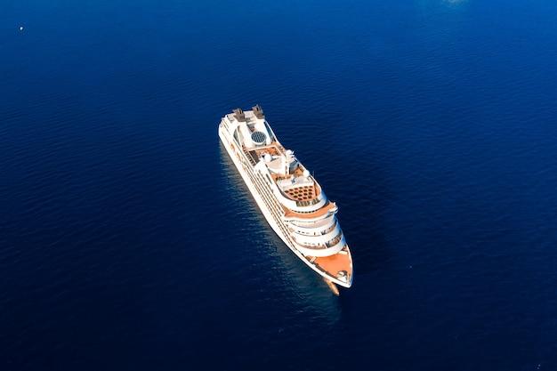 Luchtfoto van cruiseschip zeilen in open zee