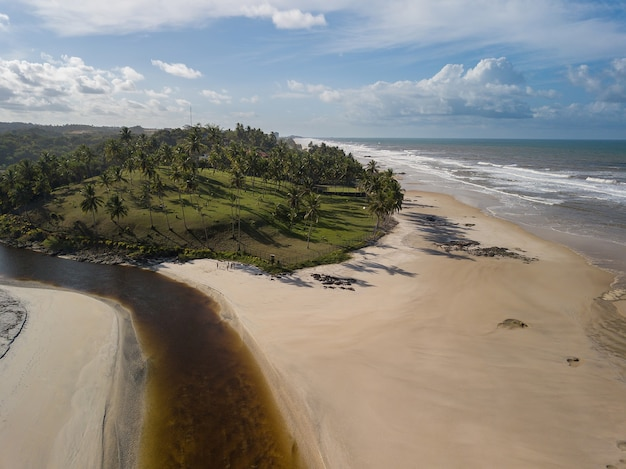 Luchtfoto van cururupe strand in bahia, brazilië.