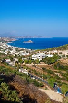 Luchtfoto van de baai van kamari op het eiland kos