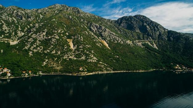 Luchtfoto van de baai van kotor en dorpen langs de kust.