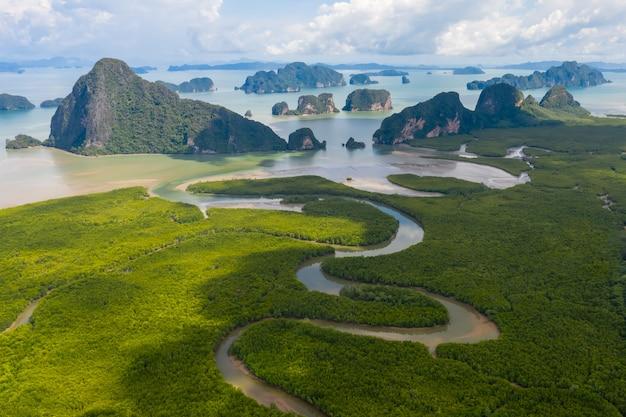 Luchtfoto van de baai van phang nga met mangrovebossen en bergen in de andamanzee, thailand