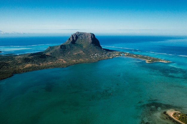 Luchtfoto van de berg le morne brabant die op de werelderfgoedlijst van de unesco staat.