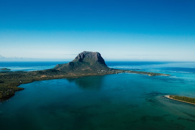 Luchtfoto van de berg le morne brabant die op de werelderfgoedlijst van de unesco staat
