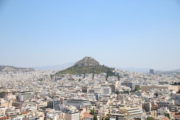 Luchtfoto van de berg lycabettus en de stadsgebouwen eromheen in het centrum van athene, griekenland,
