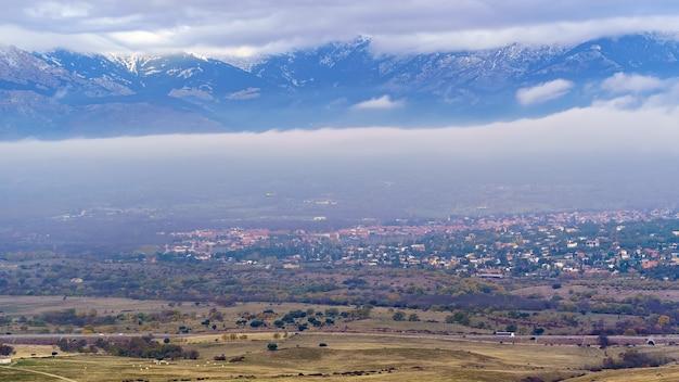 Luchtfoto van de bergen en dorpen van madrid in de vallei. navacerrada guadarrama. europa.