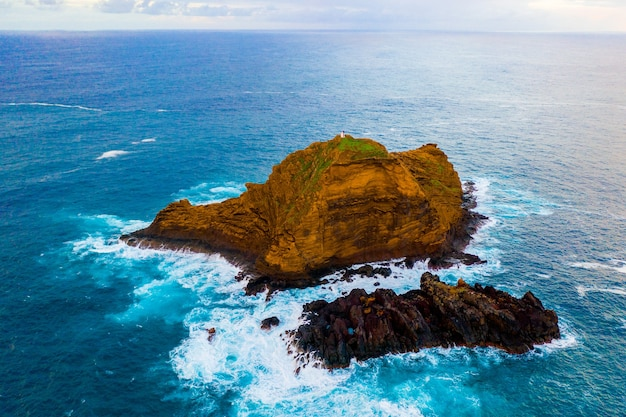 Luchtfoto van de blauwe zee en een klein eiland