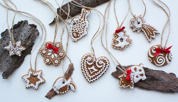 Luchtfoto van de bos van kerstmis kaneel gingerbreads op een witte achtergrond