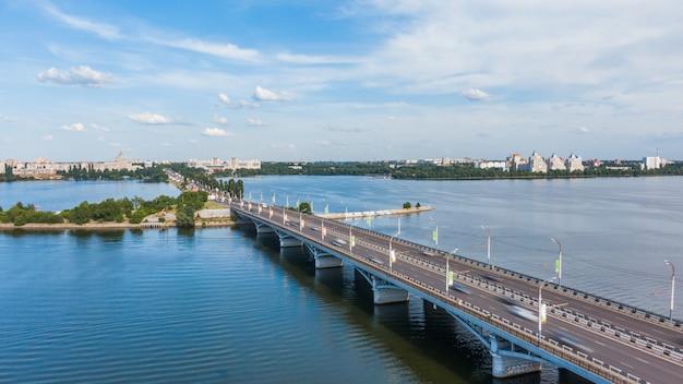 Luchtfoto van de brug, met auto's die snel bewegen