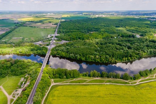 Luchtfoto van de brug over de rivier