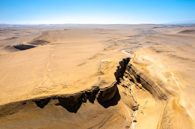 Luchtfoto van de canyon of the lost of canyon del zapa in ica, peru