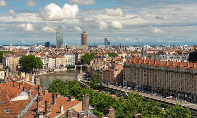 Luchtfoto van de cidade de lyon in frankrijk - rivier de rhône en wolkenkrabbers
