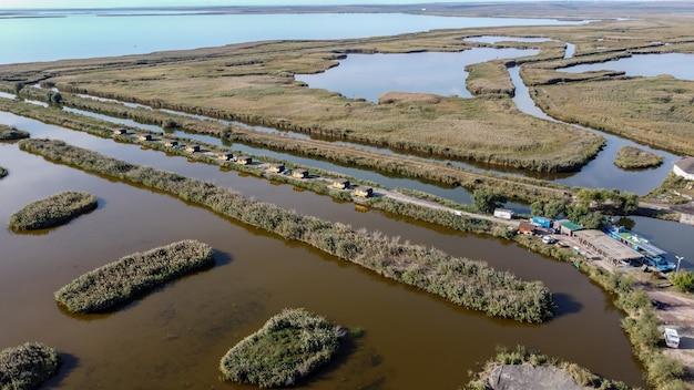 Luchtfoto van de donau-delta met waterkanalen en weidevegetatie