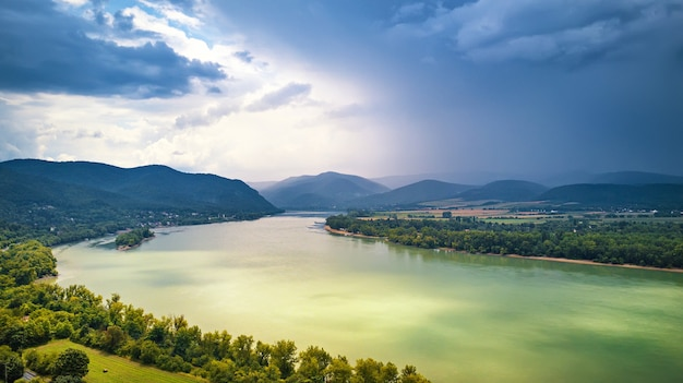 Luchtfoto van de donau in de buurt van visegrad in hongarije