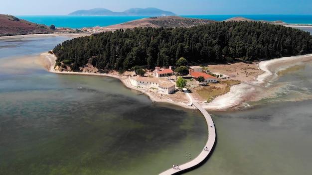 Luchtfoto van de drone op geïsoleerd klooster