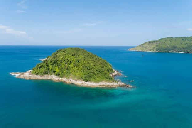 Luchtfoto van de drone shot van tropische zee in zonnige dag met prachtig klein eiland in de zee op het eiland phuket, thailand.