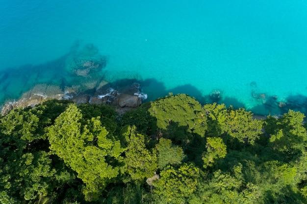 Luchtfoto van de drone shot van tropische zee met groene bomen prachtige kust eiland in phuket, thailand.