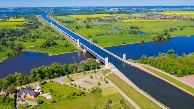 Luchtfoto van de drone van magdeburg water bridge duitsland